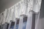 Firana z lambrekinem zdobiona taśmą cekinową